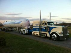 Very, very sweet looking Pete....This is definitely a WOW truck.:)