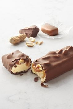 These treats pack big flavor with crunchy peanuts and buttery-thick caramel topping premium vanilla ice cream. To top it off, we added our exclusive milk chocolate coating. Easy Ice Cream Recipe, Ice Cream Recipes, Caramel Treats, Yummy Treats, Yummy Food, Ice Cream Treats, Chocolate Coating, Icecream Bar, Fresh Cream