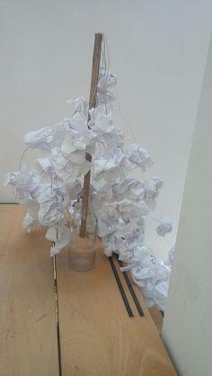 Deze installatie staat symbool voor het feit dat papier vaak onnodig wordt weggegooid of gebruikt. Een voorbeeld daarvan is het opproppen van papier en vervolgens weggooien. Daarom hebben we een voorbeeld gegeven wat je er ook mee zou kunnen doen.