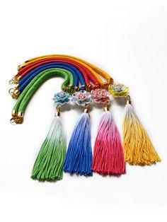 He encontrado este interesante anuncio de Etsy en https://www.etsy.com/es/listing/187307066/color-bloque-borla-collar-de-flores-de