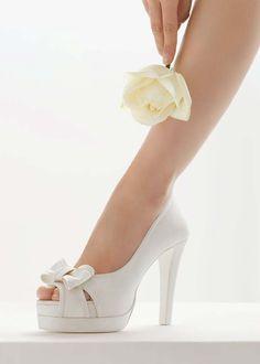 Blog OMG I'm Engaged - Sapatos de Noiva Rosa Clará, na cor branca. White wedding shoes.