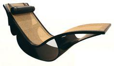 """A cadeira de balanço (1977) exibe estrutura de madeira prensada ebanizada, trama de palhinha e rolinho de couro. """"É a peça mais procurada entre os móveis de Oscar e Anna Maria"""", diz Carlos Ricardo Niemeyer, bisneto do arquiteto e diretor da Fundação Oscar Niemeyer"""