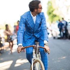L'originalité d'un costume bleu à carreaux avec veste croisée #mode #costume #veste #bleu #carreaux #mensfashion #fashion #dandy #blue #suit #summer
