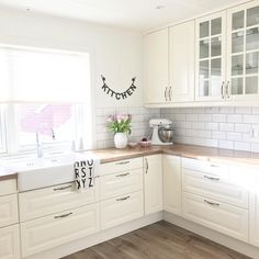 White subway tile, 2 tone lower cabinets, dark gr… – White N Black Kitchen Cabinets New Kitchen, Kitchen Dining, Kitchen Decor, Kitchen Cabinets, Dining Room, Küchen Design, House Design, Kitchen Hardware, Paint Colors For Living Room