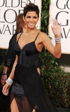 """""""Halle Berry dazzled in stacks of Harry Winston diamond bracelets at the 2011 Golden Globe Awards. Halle Berry Sexy, Halle Berry Style, Halley Berry, Look Star, Short Styles, Celebrity Hairstyles, Pixies, Most Beautiful Women, Beautiful Actresses"""