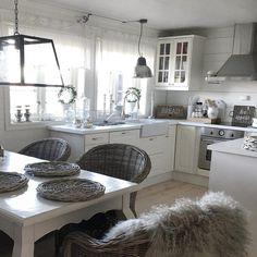 Kurv Elsker kurv, det myker opp alt ❤️ #inspire_me_home_decor #nordicinspiration #tipstilhjemmet #dagensinterior #skandinaviskehjem #roomforinspo #interiørmagasinet #finahem #interiorforinspo #interiorforyou #interiordesign #instahome #inspiration #interiør #interior #decor #decoration #interior123 #modernhome #inredning #interiör #styling #homedecoration #livingroom #interiors #shabbyyhomes #rivieramaison #lenebjerre #home #cabin Family Kitchen, Kitchen Living, Kitchen Decor, Cottage Shabby Chic, Interior S, Vintage Farmhouse, Cottage Homes, Decoration, Living Spaces