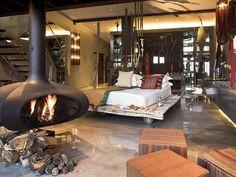 Portugal surpreende pela quantidade de hotéis incrivelmente charmosos e com um ótimo custo x benefício. Esse é o Areias do Seixo. Já pensou passar o dia namorando com essa lareira?