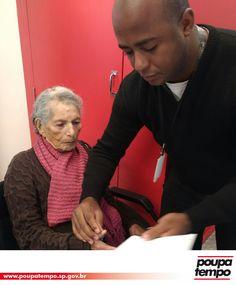Aos 101 anos, Francisca Rosa de Oliveira aproveitou a presença da unidade móvel do Poupatempo na região onde mora para fazer a 2ª via do seu RG. O anterior havia sido emitido em 1988, 29 anos atrás. Senior Living, 29 Years Old, Olive Tree, Pink