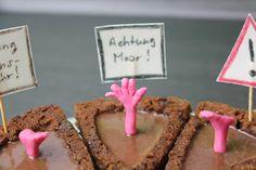Moorleichen: Schaurig schönes Rezept für eure Halloween-Party. Haselnuss-Schokoladen-Kuchen aus der Zila Tortenform gefüllt mit Ganache. Macht jedem flüssig gefüllten Schokoladentörtchen Konkurenz. Rezept auf unserem Blog!