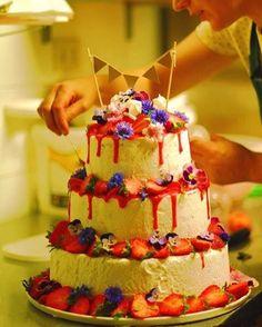 Me preparing the #weddingcake for Gareth and Jen! #countrywedding #naturalwedding #weddingintuscany #edibleflowers