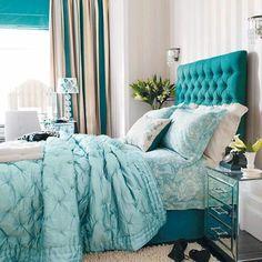 joli tete de lit captionné de couleur bleu foncé