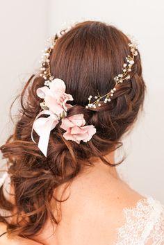 Coiffure de mariage classique avec une couronne de fleurs d'une mariée brune by Amélie Gouttenoire. #wedding #haircut