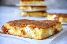Τεμπελόπιτα Απαραίτητα Υλικά: 200 γραμμάρια τυριού φέτα 200 γραμμάρια γιαούρτι 200 γραμμάρια κίτρινου τυριού 2 αυγα 170 γραμμάρια λιωμένου βουτύρου 125 ml φρέσκου αγελαδινού γάλακτος 140 γραμμάρια αλευριού 1/2 φακ μπεικιν παουντερ μια πρέζα μαύρο πιπέρι Εκτέλεση: Κοσκινίστε το αλεύρι μαζί με το μπέικιν πάουντερ και Bakery Recipes, Bread Recipes, Cooking Recipes, Serbian Recipes, Bulgarian Recipes, Ruska Salata, Best Sandwich Recipes, Bread And Pastries, Best Appetizers