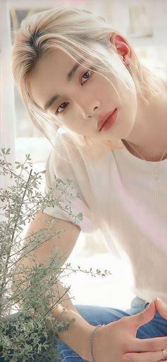 Hyunjin es el tipo de novio que.... Hyunjin is the type of boyfriend … #detodo # De Todo # amreading # books # wattpad Stray Kids Seungmin, Felix Stray Kids, Pretty Boys, Cute Boys, Crazy Kids, Kpop Guys, Jennie Blackpink, Lee Know, Foto Bts