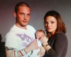 I believe this is Tom Hardy with his first child Louis and former love interest Rebecca Speed (? Tom Hardy Wife, Tom Hardy Baby, Tom Hardy Haircut, Charlotte Riley, Ex Girl, New James Bond, Wife And Kids, Thing 1, British Men