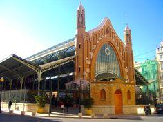 #MercadoColon in #Valencia. Voormalige markthal waarin duidelijk de hand van Gaudi herkenbaar is, (gebouwd door een leerling van Gaudi) met de ronde vormen en toegepaste mozaieken. Doet tegenwoordig dienst als plek voor restaurants en evenenementen.