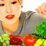 mujer eligiendo alimentos para la dieta del hiportiroidismo