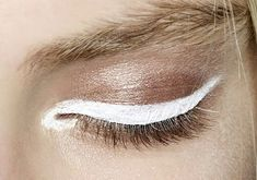 White eyeliner Minimalist Make-up Makeup Inspo, Makeup Art, Makeup Inspiration, Makeup Tips, Hair Makeup, Eyeliner Makeup, Eye-liner Blanc, Beauty Make Up, Hair Beauty