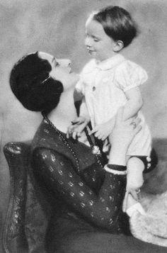 H.K.H. Astrid, Prinses van België met Prins Boudewijn van België. 1931, postkaart foto. Negatief gemaakt door Robert Marchand, uit de verzameling van Wilfried Vandevelde.