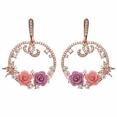 Destacan los pendientes de plata bañados en oro rosa muy labrados con circonitas blancas y dos