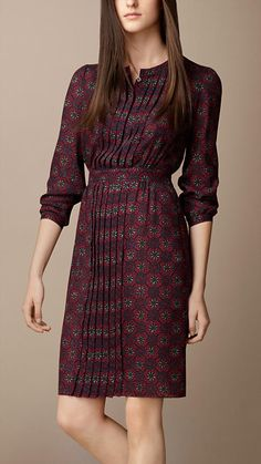 Burberry Pleat Detail Floral Print Dress Explore all women's clothing from Burberry including dresses, tailoring, casual separates and more in both seasonal and runway designs Day Dresses, Casual Dresses, Fashion Dresses, Summer Dresses, Fashion Shoes, Summer Outfits, Rock Dress, Dress Up, Pretty Dresses