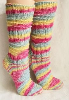 A little easier version of the wellknown Mojo socks pattern. Knitting instructions with a easy knit/purl pattern The instructions are step by step structured without description of the heel and toes. Materials: any Sockyarn is suitable DPN's - m Knitting Socks, Free Knitting, Simple Knitting, Knit Socks, Style Charleston, Tricot Simple, Bamboo Knitting Needles, How To Purl Knit, Knit Purl