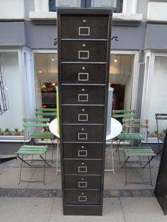 Gammelt arkivskab fra Frankrig i afsyret metalfarve med rå patina. Skabet har 10 praktiske rum til opbevaring. Mål: H 198 X B 42 X D 32 cm