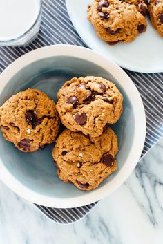 The most amazing vegan chocolate chip cookies recipe (easy to make, no mixer required, and no butter or eggs, either! Best Chocolate Chip Cookies Recipe, Dairy Free Chocolate Chips, Chip Cookie Recipe, Easy Cookie Recipes, Vegan Chocolate, Dessert Recipes, Chocolate Cookies, Cookies Vegan, Chocolate Morsels