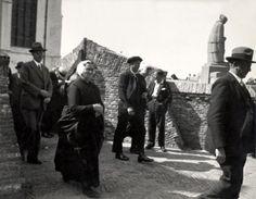 Mensen in klederdracht verlaten de kerk. Katwijk, 8 januari 1936.
