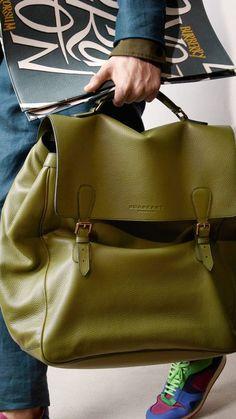 Burberry Prorsum Menswear Spring/Summer 2015 show Burberry Prorsum, Burberry Tote, Look Fashion, Fashion Bags, Mens Fashion, Fashion Backpack, Fashion Jewelry, Old School Style, Sac Week End