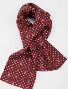 Sciarpa e plastron La sciarpa non può essere affatto vista come una nuova scoperta. Infatti già da secoli gli uomini indossano sciarpe e fazzoletti. La cravatta, invece, appartiene al guardaroba maschile da non oltre 100 anni. I fazzoletti maschili in commercio sono disponibili come sciarpe e plastron. http://www.cravatta.it/it/Blog-cravatte/did3930/Sciarpa-e-plastron.html