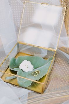 Rind box for bride and groom | A Very Beloved Wedding | Photo: Thomas Steibl | Rings: Holzhammer #ringbox #weddingrings #gettingmarried #propstylingelisabethcardich