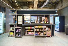 建築家の谷尻誠と吉田愛が率いるサポーズデザインオフィス(SUPPOSE DESIGN OFFICE)が12月17日、新業態となるコーヒースタンド「バードバスアンドキオスク(BIRD BATH & KIOSK)」を千代田区一番町にオープンした。 Decor Interior Design, Interior Decorating, Le Foyer, Food Kiosk, Kiosk Design, Liquor Cabinet, Modern, Lounge, Indoor
