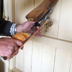 Een muur gemonteerde Whisky Dispenser. Het industriële ontwerp is voorzien van een 30-jarige Lincolnshire Oak Base, RVS pijp, een koperen kraan en koperen adempauze. Dit zou een unieke toevoeging aan uw bar of het perfecte cadeau voor een Whisky liefhebber.