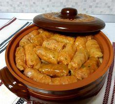 Sărmăluțele sunt nelipsite de pe masa de Crăciun a românilor. Cu foi de viță sau de varză, sarmalele sunt un adevărat deliciu culinar. Pentru sărbătorile 2019, îți propunem rețeta secretă de sarmăluțe a lui chef Scărlătescu. Low Sodium Recipes, Meat Recipes, Cooking Recipes, Good Food, Yummy Food, Romanian Food, Make Ahead Meals, Banana Bread Recipes, Breads