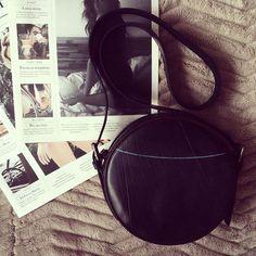 Bolsa redonda preta, bolsa circular, circle bag, pequena de borracha reciclada. Moda sustentável. Loja virtual www.notore.com.br