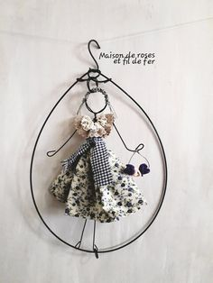 Bambolina Miss. Provenzale, by Maison de roses, #fildiferro 20,00 € su misshobby.com Wire Drawing, Muse Art, Arts And Crafts, Diy Crafts, Creation Deco, Alternative Art, Learning Italian, Craft Activities, Wire Jewelry