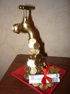 Кран с льющимися монетками | Сама Я mk.ru