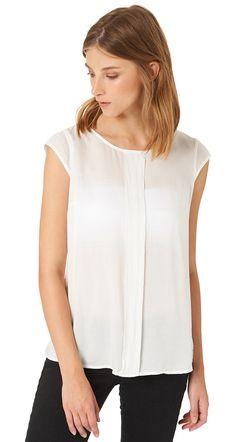 sommerliche T-Shirt Bluse für Frauen (unifarben, ärmellos mit Rundhals-Ausschnitt) aus Voile gefertigt, mit Schlüsselloch-Ausschnitt hinten und vertikaler Teilungsnaht, vorne zwei dekorativ eingearbeitete Falten. Material: 100 % Viskose...