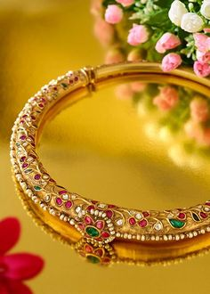 Expert's Quick Guide To Buying Your Perfect Gold Jewelry Gold Earrings Designs, Gold Jewellery Design, Gold Jewelry, India Jewelry, Temple Jewellery, Mughal Jewelry, Indian Wedding Jewelry, Bridal Jewelry, Gold Bangles