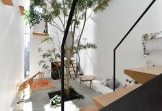 """玄関を入るとすぐ、この規模の住宅では規格外の大きさを持つ""""広場""""が迎える。戸外がそのまま室内へと連続したような趣だ。"""