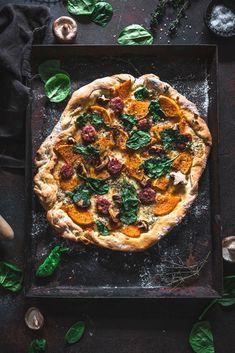Herrlich krosse Pizza mit Kürbis und leckerer Salsiccia. Der gelingsichere Pizzateig und die wenigen Zutaten gehen schnell zusammen und holen den Indian Summer direkt auf den Teller.