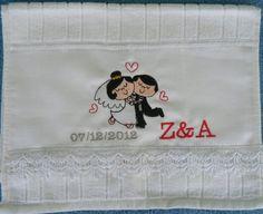 Toalhas da marca Dóhler tenalhada com renda para lembrancinhas de casamento com as iniciais e data,  tamanho 30 cm x 45 cm. R$ 18,00