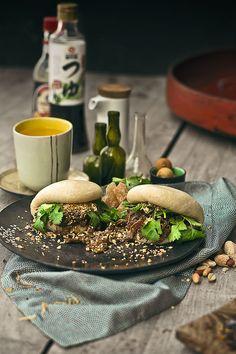 Una de esas recetas que tiene sus variantes son los panecillos al vapor, gua bao (en taiwan), xiao long bao (en Manila), bonzi o los más conocidos, los bollos chinos.