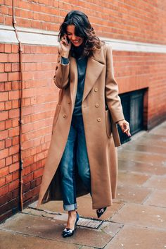 Leila Yavari in Camel & Denim. Leila Yavari, Camel Coat, Casual Elegance, Autumn Winter Fashion, Winter Style, Fall Fashion, Weekend Fashion, Winter Chic, Facon