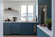 Swedish style kitchen with lovely blue cabinets Colorful Kitchen Decor, White Kitchen Decor, Kitchen Decor Themes, Blue Kitchen Paint, Rose Gold Kitchen, Scandinavian Kitchen, Scandinavian Interior Design, Scandinavian Apartment, Scandinavian Design