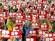 """2015年05月14日 - 日本东京,当地民众举行抗议游行活动,反对旨在改变日本防御安全政策的立法,高举标语""""我们将不会容忍战争""""。据悉,此次活动由民间组织,大约2800人参加。   阅读全文: http://page.iweek.ly/content-20-0-191-200044953.html --分享来自@iWeekly周末画报 Android 版"""