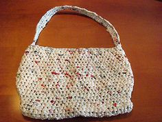 """Made with recycled shopping bags. The yarn created is called """"plarn"""". This site is turial. Any crochet bag pattern can be used. Plastic Shopping Bags, Plastic Grocery Bags, Reusable Shopping Bags, Plastic Bag Crafts, Plastic Bag Crochet, Crochet Crafts, Bag Making, Purses And Bags, Tote Bag"""