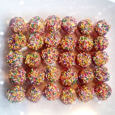 Marshmallows Dipped in Chocolate with sprinkles on top! Perfect kid-party treat! ;-)     Not So Super Scottish Mummy
