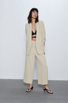 Get dressed up with this season's women's blazers at ZARA online and achieve effortless style. Blazer Outfits For Women, Blazers For Women, Suits For Women, Casual Outfits, Women's Blazers, Zara Israel, Zara Suits, Women's Suits, How To Wear Blazers